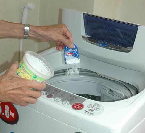 Sử dụng bột tẩy máy giặt