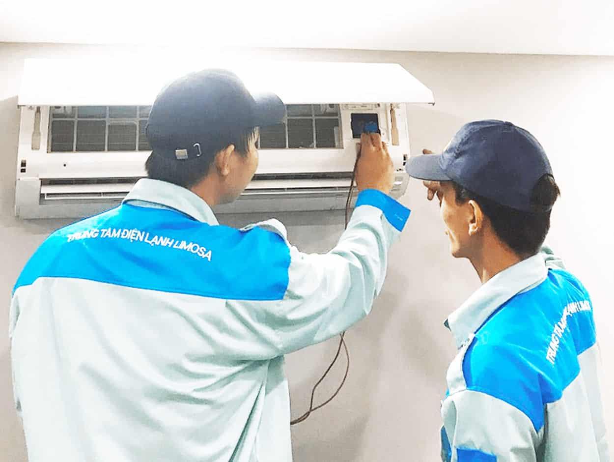 Kỹ thuật viên đang kiểm tra tình trạng máy lạnh