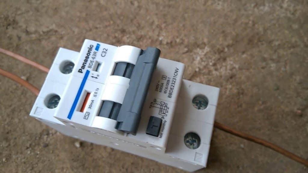 lắp Aptomat chống giật cho bình nóng lạnh
