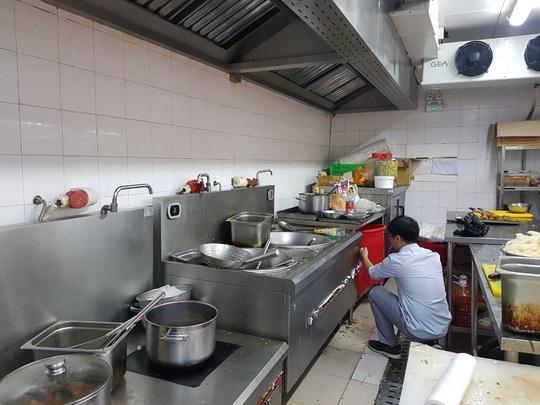 Thợ sửa bếp hầm công nghiệp
